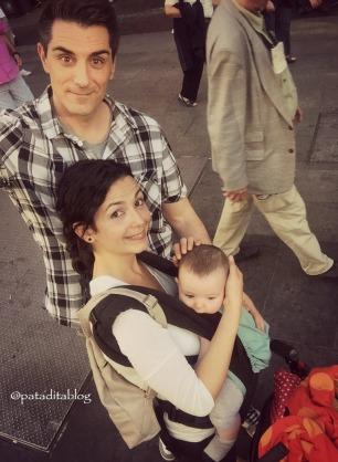 Lucy con 24 semanas. Nunca vamos al centro sin la mochila, preferimos mantenerla cerca nuestra cuando hay tanta gente alrededor.