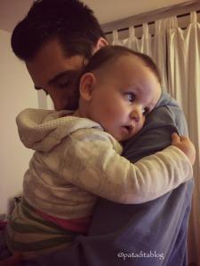 Abrazando a Súper Papá con 44 semanas